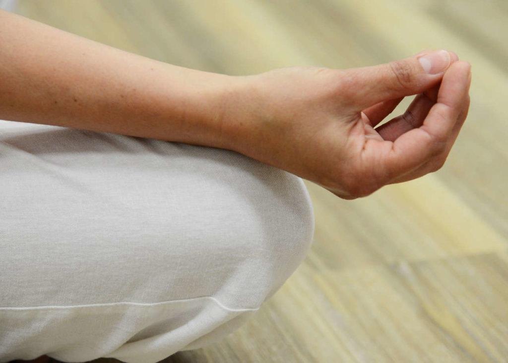 hände beim meditieren